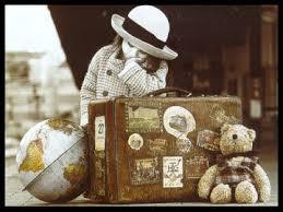 bambina con valigia